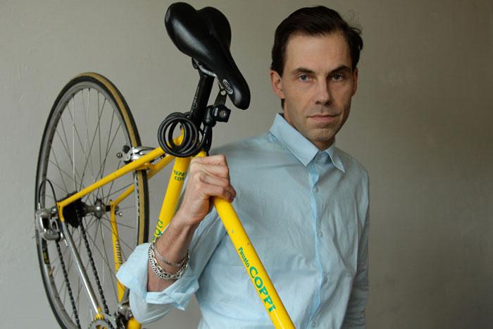 Stefan Dietzelt mit gelbem Fahrrad und blauem Hemd